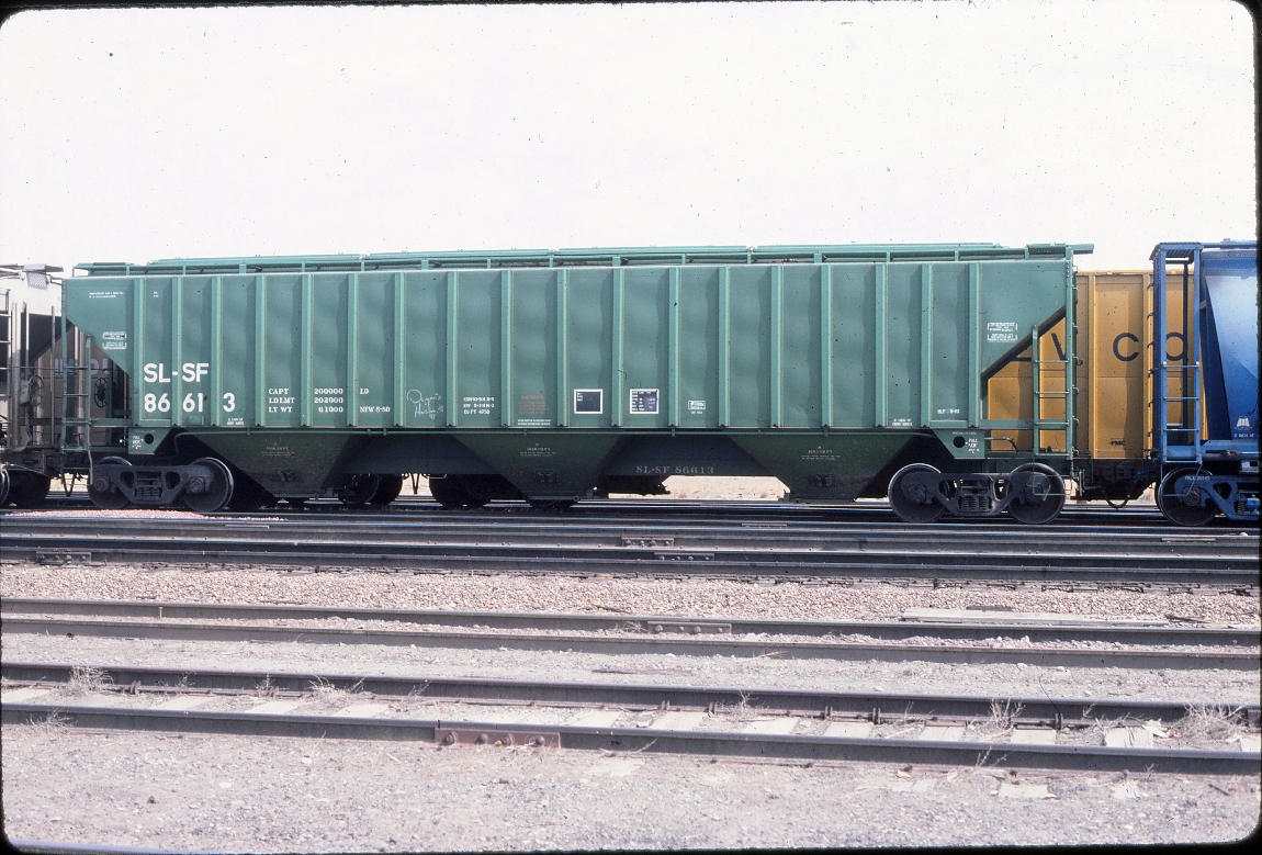 Covered Hopper 86613 - 4750 cubic foot 3 bay PS - August 1984 - Shelby, Montana
